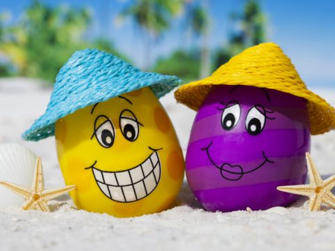 Summer-beach-funny-two-eggs-with-hats-and-starfish